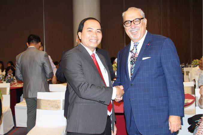 Thầy thuốc Nguyễn Thanh Tuấn trong lần hội thảo cùng chuyên gia hơi thở quốc tế Harold Katz